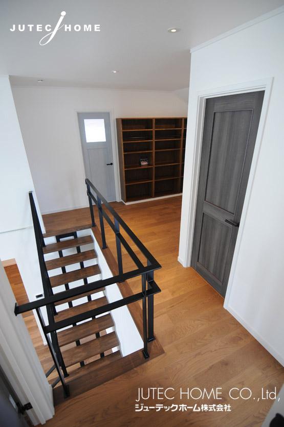 ストリップ階段 ウォールナット カリフォルニア スタイル 家 工務店