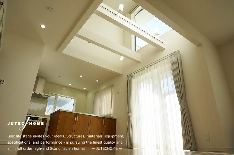ジューテックホーム 無垢の木のキッチン 蓄熱式温水床暖房 吹抜